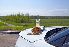 Desayunan en una capilla del coche - los bocadillos y la limonada fotografía de archivo libre de regalías