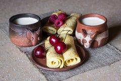 Desayunan para dos - las crepes y la leche rodadas fotos de archivo libres de regalías