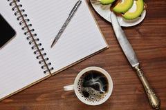 Desayunar mientras que planea un día Foto de archivo