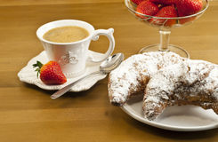 Desayune con café, cruasanes frescos y fresas. Imagenes de archivo