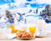 Desayune con café y cruasanes sobre paisaje del invierno Imagen de archivo libre de regalías