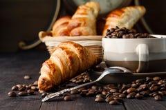 Desayune con café y el cruasán fresco en la tabla de madera Fotografía de archivo