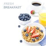 Desayune con el granola hecho en casa y las bayas frescas, zumo de naranja imagen de archivo libre de regalías