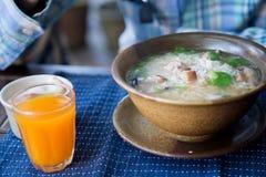 Desayune con la sopa del arroz y el zumo de naranja Imagenes de archivo