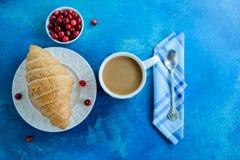 Desayune con la taza de café, de cruasanes y de arándano fotos de archivo