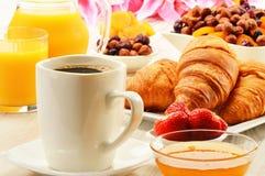 Desayune con la taza de los cruasanes de café y de frutas Foto de archivo libre de regalías