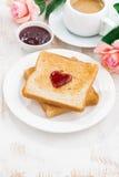Desayune con la tostada y el café express para el día de tarjeta del día de San Valentín Imágenes de archivo libres de regalías