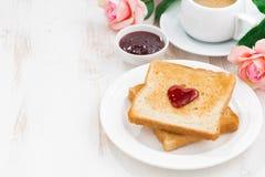Desayune con la tostada y el café express para el día de tarjeta del día de San Valentín Fotografía de archivo libre de regalías