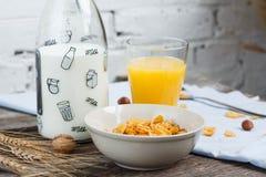Desayune con las avenas con leche y zumo de naranja en una tabla de madera imagen de archivo libre de regalías