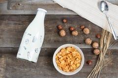 Desayune con las avenas con leche y zumo de naranja en una tabla de madera fotografía de archivo libre de regalías