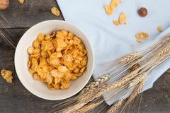 Desayune con las avenas con leche y zumo de naranja en una tabla de madera imágenes de archivo libres de regalías