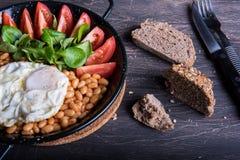 Desayune con las habas, los tomates, los huevos y el pan Fotos de archivo