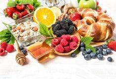 Desayune con los cruasanes, muesli, bayas frescas Nutrit sano Imágenes de archivo libres de regalías