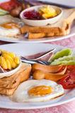 Desayune con los huevos fritos, las salchichas, el cereal, las tostadas y el café Fotos de archivo