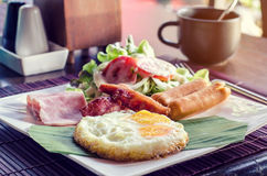 Desayune con los huevos revueltos, la salchicha y la tostada Imagenes de archivo