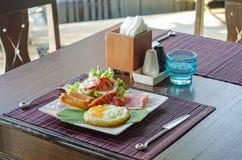 Desayune con los huevos revueltos, los vínculos de la salchicha y tostada Imagen de archivo libre de regalías