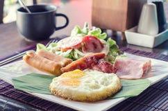 Desayune con los huevos revueltos, los vínculos de la salchicha y tostada Imagen de archivo