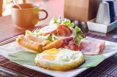 Desayune con los huevos revueltos, los vínculos de la salchicha y tostada Fotos de archivo libres de regalías