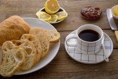 Desayune con pan francés y la taza de café tradicionales fotografía de archivo