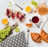 Desayune en cama con el brusc de los cruasanes, de la frambuesa y de la zarzamora fotos de archivo libres de regalías