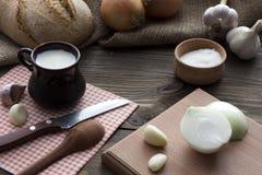 Desayune en el pueblo - ordeñe la sal del hdeb, cebolla Fotos de archivo