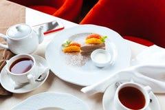 Desayune en el restaurante para dos personas con las tortas Fotos de archivo