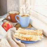 Desayune en el travesaño de la ventana, iluminado por el sol de la mañana Foto de archivo