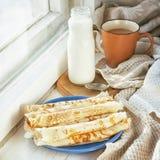 Desayune en el travesaño de la ventana, iluminado por el sol de la mañana Imagen de archivo