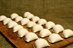 Desayune en ruso, bolas de masa hervida en el pueblo Foto de archivo