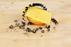 Desayune en un banco con cortes del queso de pan de un rollo y del metal Foto de archivo