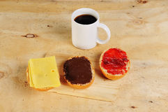 Desayune en un banco con rollos de pan y una taza de café Foto de archivo