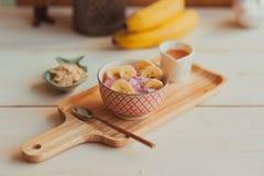 Desayuno útil de la mañana con los plátanos y el yougurt Imagen de archivo