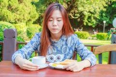 Desayuno adolescente de la consumición Imagenes de archivo