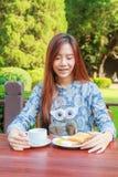 Desayuno adolescente de la consumición Imagen de archivo libre de regalías