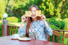 Desayuno adolescente de la consumición Foto de archivo libre de regalías
