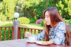 Desayuno adolescente de la consumición Foto de archivo