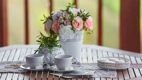 Desayuno agradable en naturaleza con un ramo de flores imagen de archivo