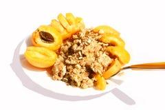 Desayuno: albaricoque, gachas de avena y almendras Foto de archivo libre de regalías