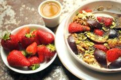 Desayuno alcalino, crudo con los ciruelos, fresas y semillas Imágenes de archivo libres de regalías