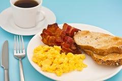 Desayuno americano, huevo revuelto del tocino y café imágenes de archivo libres de regalías