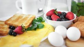 Desayuno apetitoso fresco del primer en la tabla de servicio rodeada por la luz natural de la mañana almacen de metraje de vídeo