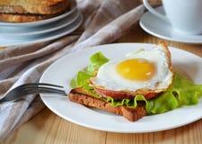Desayuno, bocadillos con el huevo Foto de archivo libre de regalías