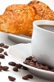 Desayuno: café y croissant con los gérmenes de sésamo foto de archivo libre de regalías