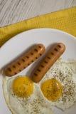 Desayuno caliente con las salchichas y los huevos Imagenes de archivo