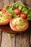Desayuno caluroso: huevos escalfados con la salsa de los salmones y del hollandaise Fotografía de archivo libre de regalías