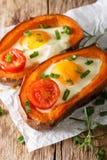 Desayuno caluroso: patata dulce rellena con cierre del huevo y del tomate Fotografía de archivo