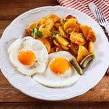 Desayuno caluroso sabroso con los huevos y la patata de la carne asada Fotos de archivo libres de regalías