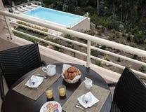 Desayuno cerca de la piscina Fotografía de archivo