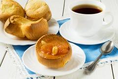 Desayuno cocinado: Pudín de Yorkshire, atasco de la manzana y té imagen de archivo
