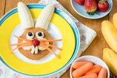 Desayuno colorido creativo para los niños Pascua Bunny Shaped Pancake With Fruits fotos de archivo libres de regalías
